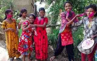 Bambine in India che festeggiano l'holy festival