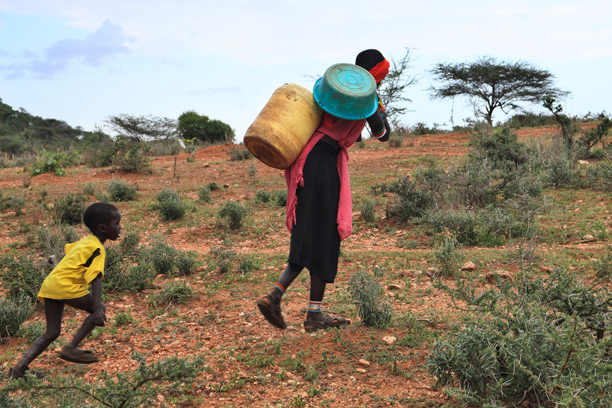 Bambino Samburu con la mamma in cerca di Acqua