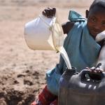 Bambino che raccoglie Acqua in Kenya Samburu