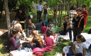 Linklaters con i Bambini di Varcare la Soglia al parco per un PicNic