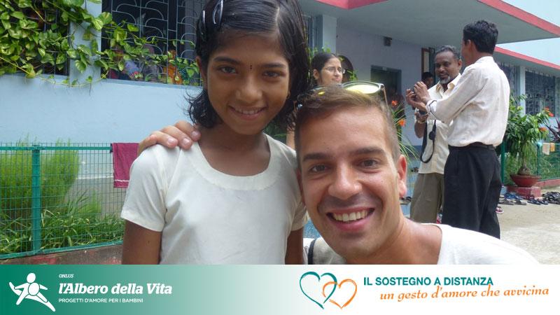 Sostenitore che incontra la bambina che sostiene a distanza in India