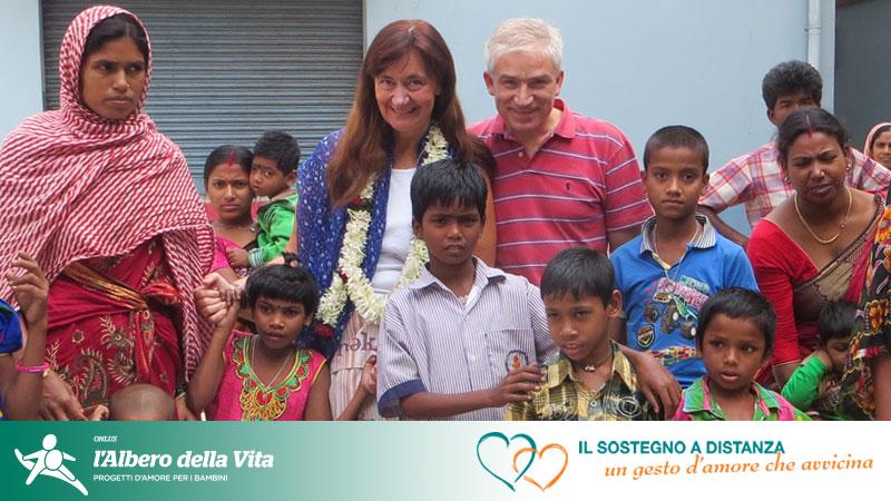 Sostenitori che incontrano il bambino che da anni sostengono a distanza in India
