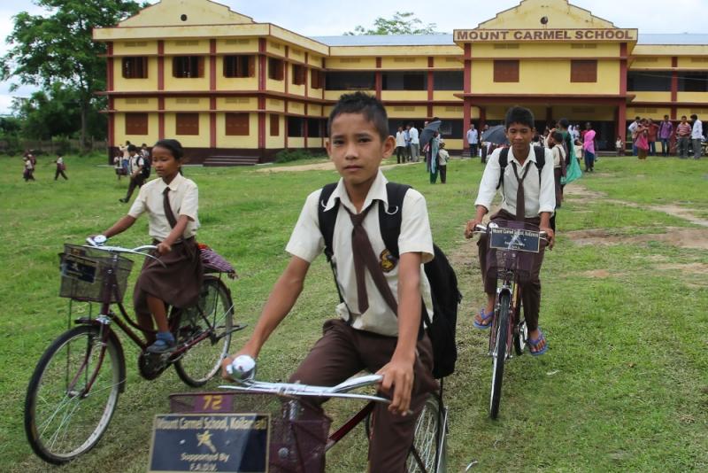 Bambini SAD a scuola in bicicletta