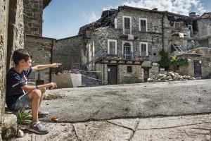 Samuele la sua casa distrutta - Storie del terremoto
