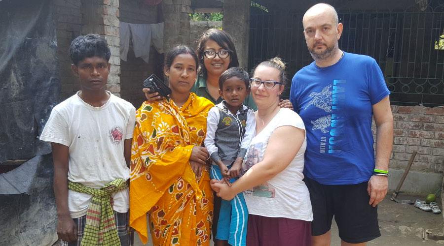 Silvia e suo Marito con il bambino che sostengono a distanza in India