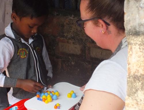 Silvia incontra Aditya, il bambino di 5 anni che sostiene a distanza in India