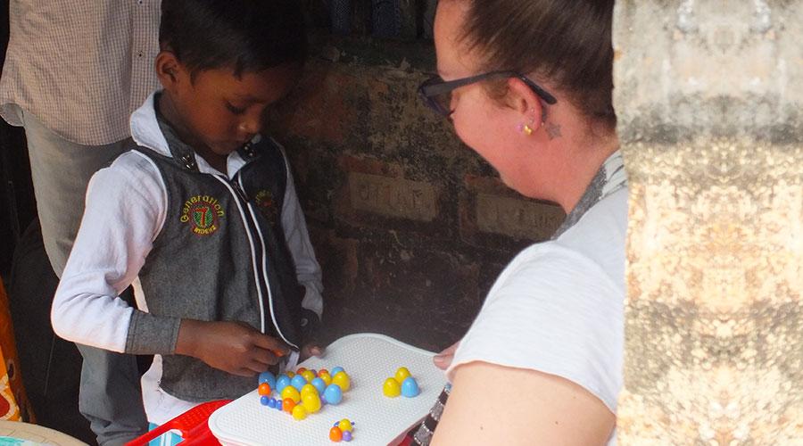 Silvia incontra il bambino che sostiene a distanza in India